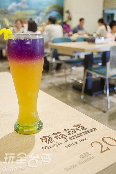 蘑菇披薩配上超夯的蝶豆花飲品/玩全台灣旅遊網特約記者陳健安攝