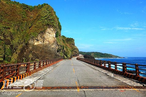 騎著機車馳騁環島公路上,迎著海風、享受陽光,身心感到十分愉快。/玩全台灣旅遊網特約記者阿辰攝