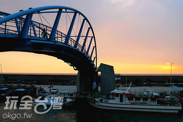 夕陽西下,也讓漁港添上一絲想家的味道/玩全台灣旅遊網特約記者劉月英攝