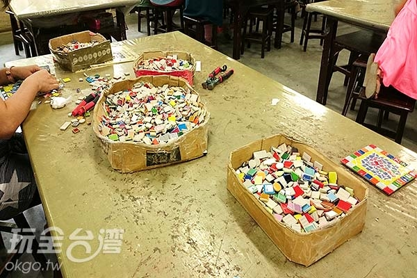 於體驗工坊裡有捏陶、剪黏馬賽克拼貼、手繪陶盤等等DIY活動,親子互動樂趣多。/玩全台灣旅遊網特約記者蔡忻容攝