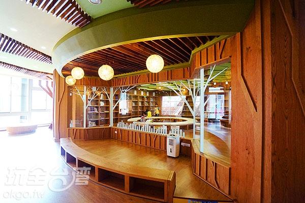 兒童室旁邊也有設計像咖啡吧檯的閱讀空間~/玩全台灣旅遊網特約記者小綠攝