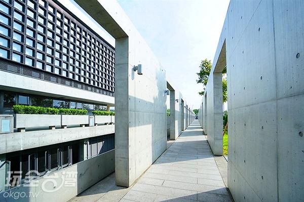 清水模穿廊與陽光交織出宛如人生中的陰晴,但走出廊道即迎向一片更為開闊的明亮/玩全台灣旅遊網特約記者小綠攝