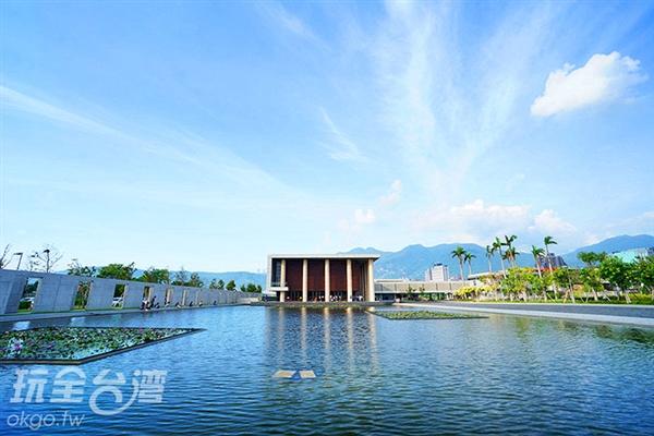 水月道場正面,水與天連成一線的美震懾人心/玩全台灣旅遊網特約記者小綠攝