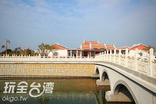 不論是小橋或水池都充滿古色古香的閩南意境/玩全台灣旅遊網攝