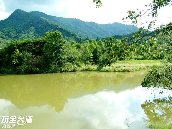 向天湖緊依著綠映盎然的山壁,彷彿來到了仙境般的虛幻。/玩全台灣旅遊網攝