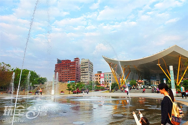 出口廣場上有大型的噴水池,提供戲水的樂趣。/玩全台灣旅遊網特約記者阿辰攝