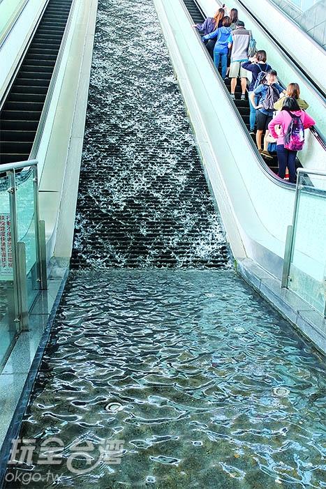 不知何時開始,這條潺潺水道已成為旅人造訪時的許願池。/玩全台灣旅遊網特約記者阿辰攝