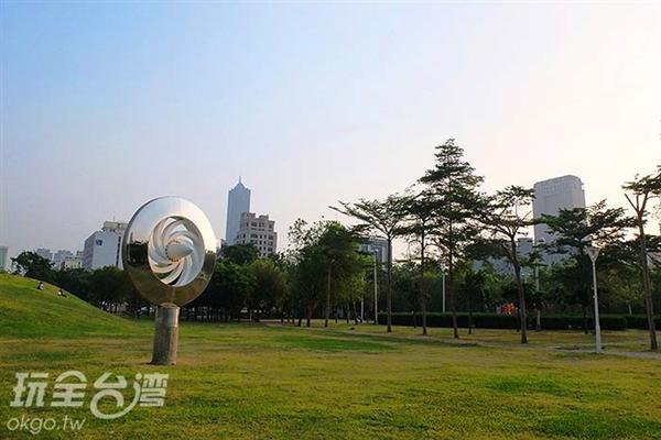 遼闊的公園綠地整潔乾淨,還能發現充滿巧思的裝置藝術,一展驚喜。/玩全台灣旅遊網特約記者阿辰攝