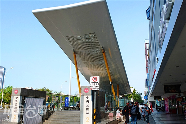 走出「中央公園站」二號出口可直接到達「新堀江商圈」/玩全台灣旅遊網特約記者阿辰攝