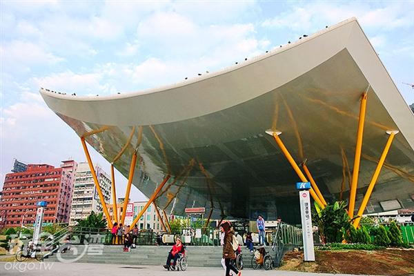 不論平日或假日,中央公園總是聚集不少運動休閒的民眾。/玩全台灣旅遊網特約記者阿辰攝
