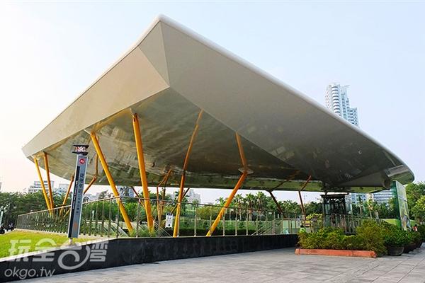 與都市綠洲-中央公園共存的「捷運中央公園站」無論站內站外皆有植被綠美化環境。/玩全台灣旅遊網特約記者阿辰攝