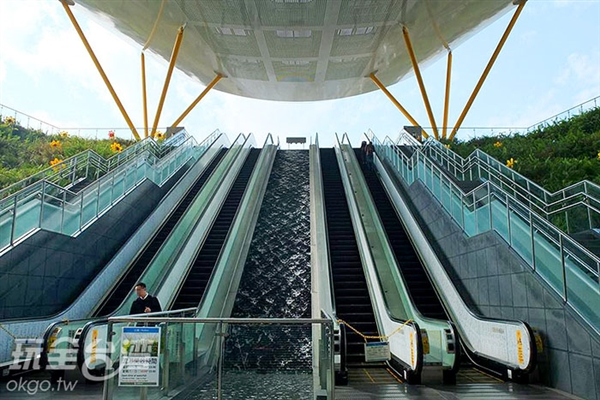 共有六道手扶梯與樓梯,手扶梯間夾帶一條長長的水道,使得設計上增添層次美感。/玩全台灣旅遊網特約記者阿辰攝