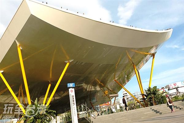 多麼磅礡闊氣的車站設計,外觀彷彿像一大片樹葉正迎風飛揚著。/玩全台灣旅遊網特約記者阿辰攝