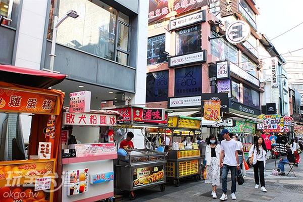 沿街兩側可見各式各樣的小吃攤家,聽聞許多創意特色美食都出自「新堀江商圈」喔。/玩全台灣旅遊網特約記者阿辰攝
