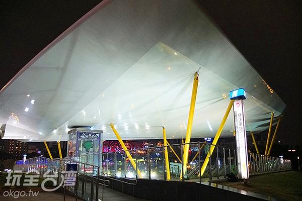 中央公園捷運站的夜色同樣迷人至極。/玩全台灣旅遊網特約記者阿辰攝