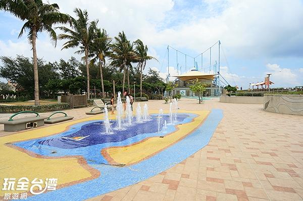 就在大鵬灣旁邊的濱海遊憩區是民眾戲水的好去處/玩全台灣旅遊網攝