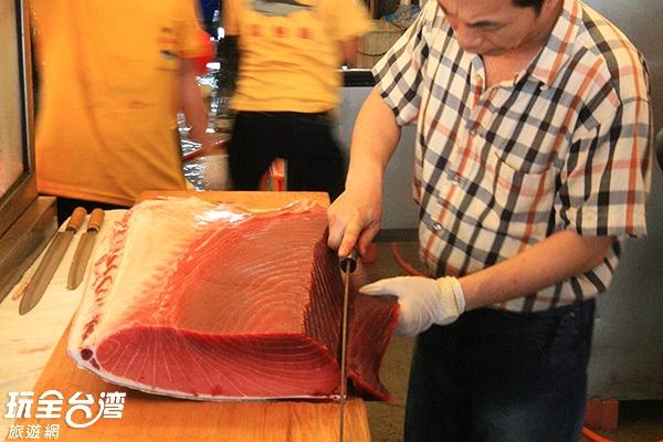 新鮮現作的生魚片讓人口水直流/玩全台灣旅遊網攝