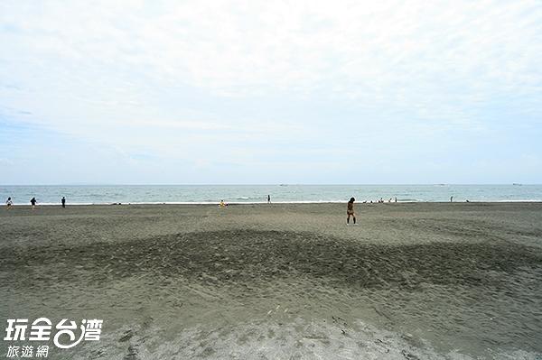 原本為過度鹽化的沙灘,現在是遊客踏浪的好去處/玩全台灣旅遊網攝