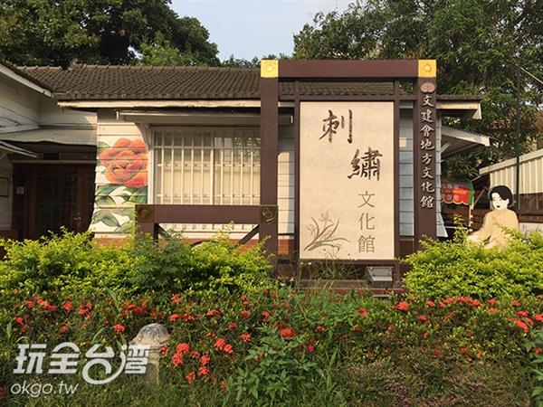 轉到正面就看到了吧!!這麼美麗的花朵就在招牌旁綻放呢!/玩全台灣旅遊網攝