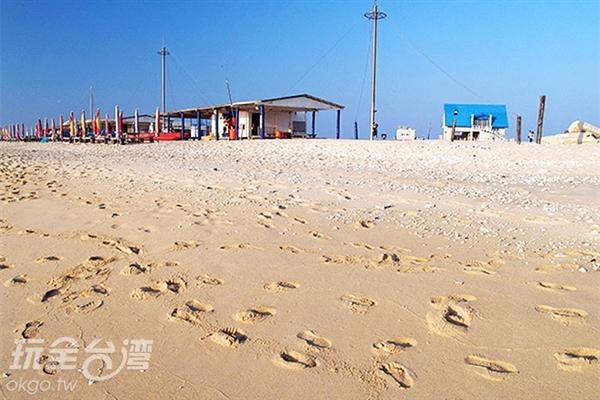 一步一步採在沙灘上,漫步享受悠閒的美好時光/玩全台灣旅遊網特約記者洪明景攝