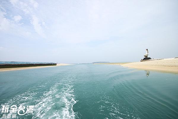搭船前來鳥嶼,遠遠便看見皎潔的沙灣/玩全台灣旅遊網攝