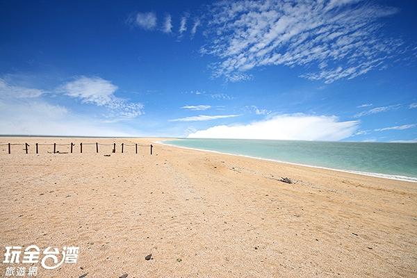 因為乾淨的白色貝殼沙而得名的小白沙嶼是油客外拍最愛/玩全台灣旅遊網攝
