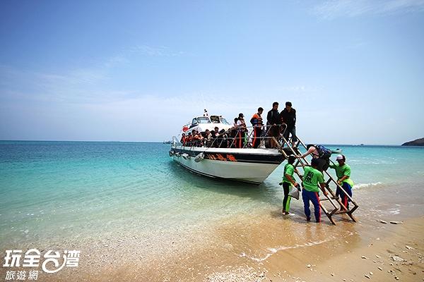 看似潔白的海灘可是由珊瑚碎屑與貝殼、石英等所組成,不可赤腳踩行唷/玩全台灣旅遊網攝