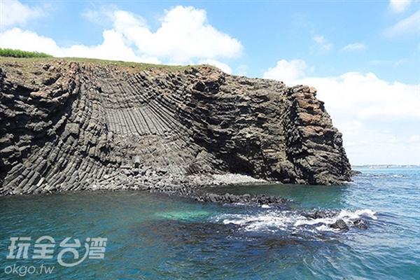 由大量玄武岩所組成的員貝嶼就像一塊扇貝般蓋在海面上/玩全台灣旅遊網特約記者Ming攝
