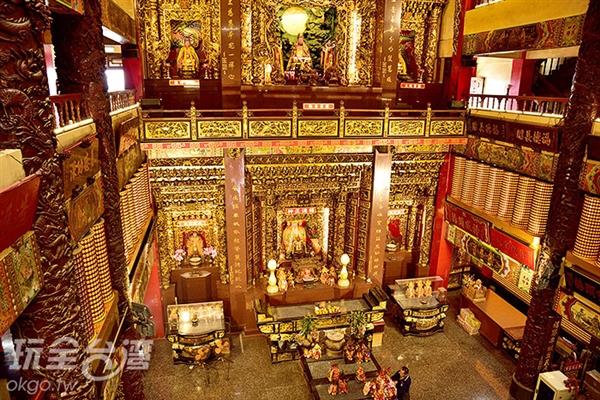 金碧輝煌的大殿裡主祀著穿龍袍與戴官帽的土地公公/玩全台灣旅遊網特約記者吳明倫攝