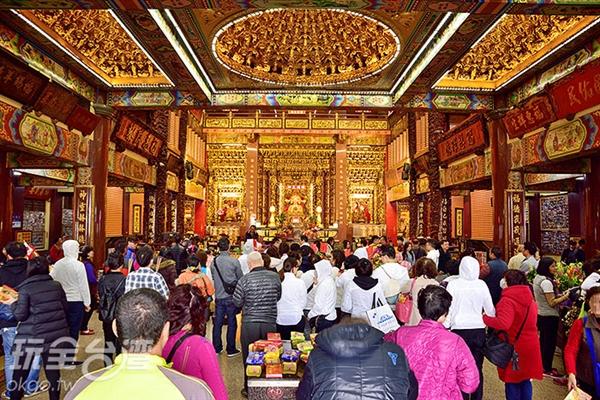 來到這裡將自己心中的祈望以最虔誠的心像土地公公訴說/玩全台灣旅遊網特約記者吳明倫攝