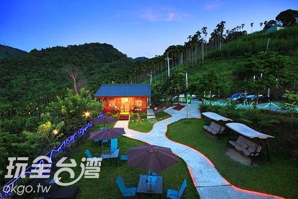 當夜晚來臨時,點上燈光的小屋美的像是童話般/玩全台灣旅遊網攝