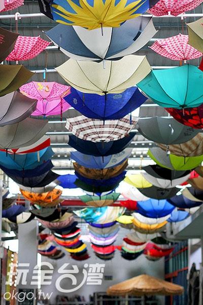掛滿雨傘的天花板有著繽紛的浪漫/玩全台灣旅遊網攝