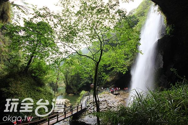 瀑布沖洩而下形成仙女的薄紗/玩全台灣旅遊網盛軒提供