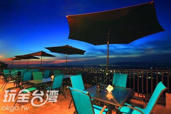 坐在景觀區與好友喝杯茶,邊看美景邊聊天,愜意又自在/玩全台灣旅遊網攝