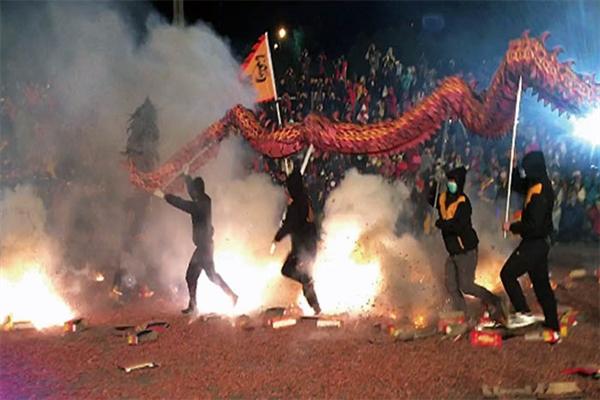 煙火加上舞龍呈現出讓人驚艷的演出/苗栗火旁龍官方提供