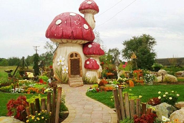 可愛的蘑菇裡頭是不是也有小精靈住在裡面呢?/苗栗‧貓貍影城桐花樂園提供