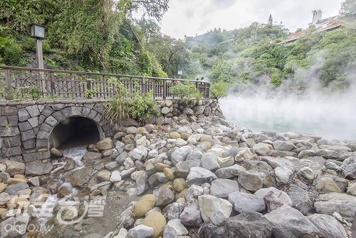圖說:特殊的水流,造就一邊高溫一邊常溫的特殊現象/玩全台灣旅遊網特約記者陳健安攝