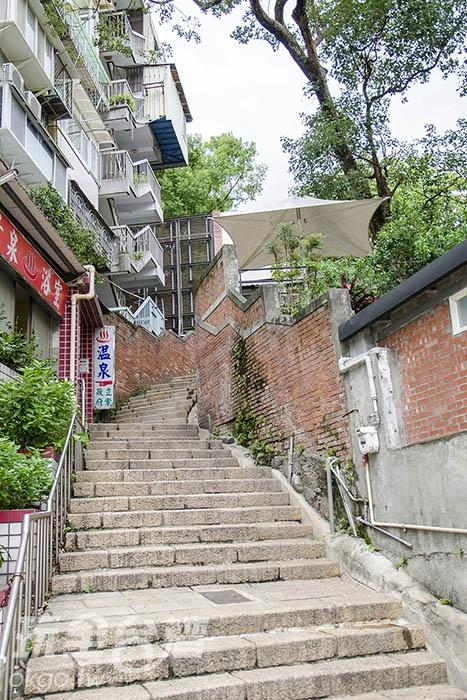 岔路口可見溫泉旅館林立/玩全台灣旅遊網特約記者陳健安攝