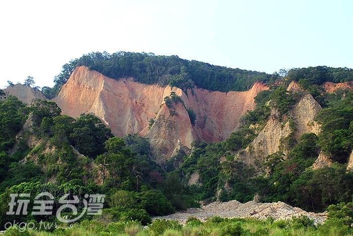 火炎山的地質顏色呈現紅色,宛如火焰般的耀眼/玩全台灣旅遊網攝