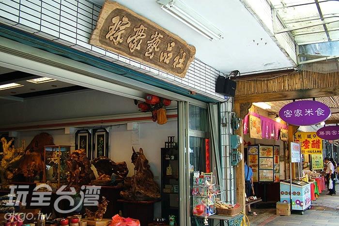 街道上充斥著許多木雕品展是與販售,看完後也可至博物館內詳細了解木雕藝術。/玩全台灣旅遊網攝