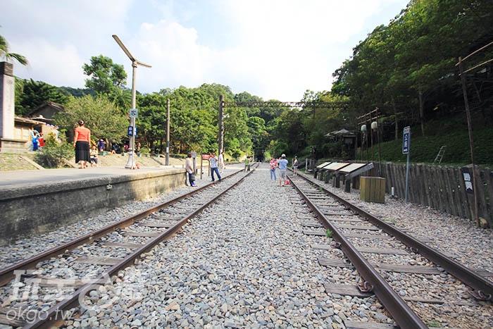 筆直向前的火車軌道是最好外拍的地方了!/玩全台灣旅遊網攝