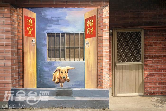 純樸的紅磚屋,毛小孩像是看見主人般奔出/玩全台灣旅遊網特約記者陳健安攝
