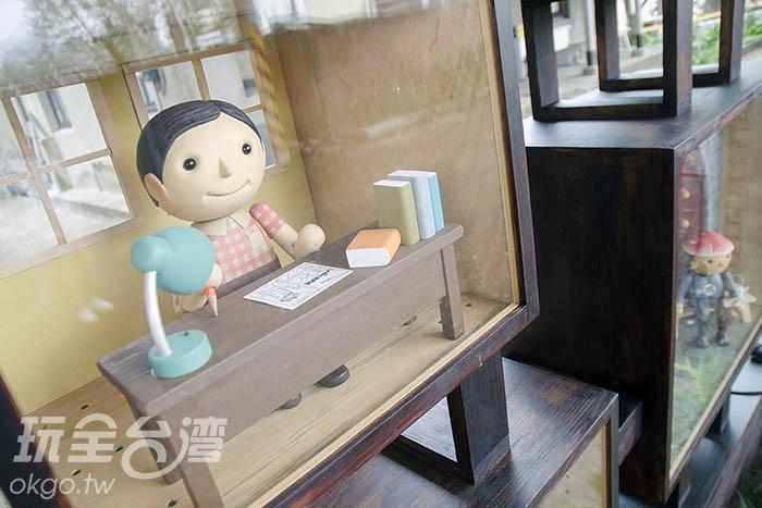 展示箱裏頭的公仔彷彿說著各自的故事/玩全台灣旅遊網特約記者陳健安攝