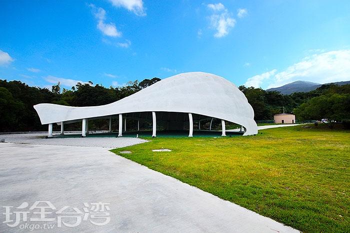 草地上有一個半圓弧形的建築物,就像是正在充氣中的熱氣球準備升空。/玩全台灣旅遊網攝