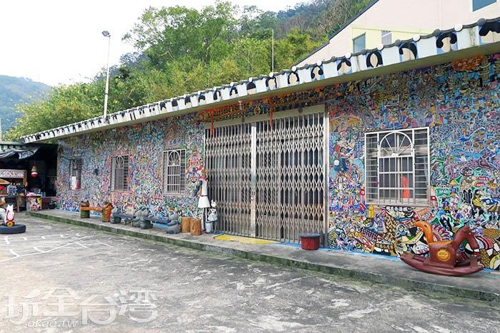 千人彩繪屋原本是素人畫家吳尊賢先生的岳父家,如今已是軟橋社區內最知名的景點。/玩全台灣旅遊網特約記者smallting攝