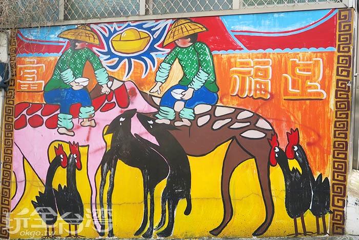 早期客家人多以採茶和務農為主,因此牆壁上的彩繪多是描繪農忙時的場景。/玩全台灣旅遊網特約記者smallting攝