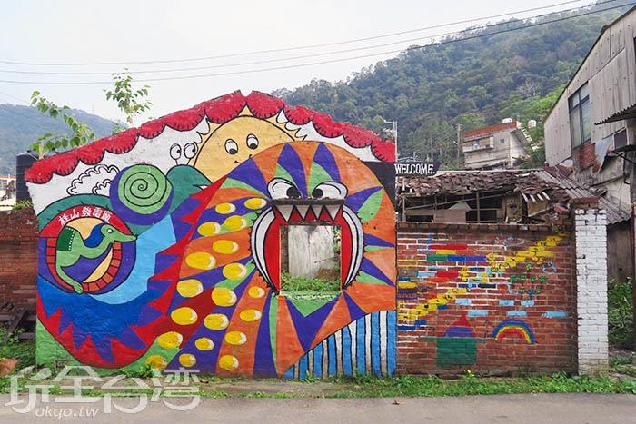 紅色磚屋搭配上可愛彩繪,再以青山白雲作為背景,真是美不勝收。/玩全台灣旅遊網特約記者smallting攝