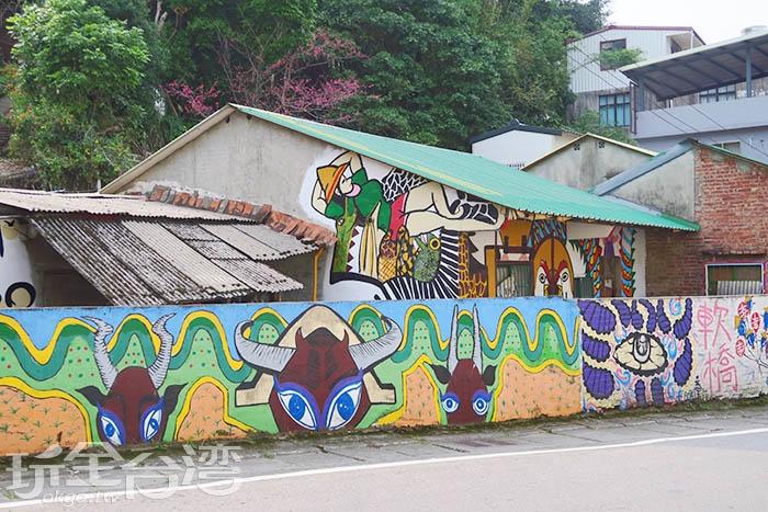 看到這個悠閒的農夫,和傳統客家的磚瓦屋,就表示彩繪村到啦!/玩全台灣旅遊網特約記者smallting攝
