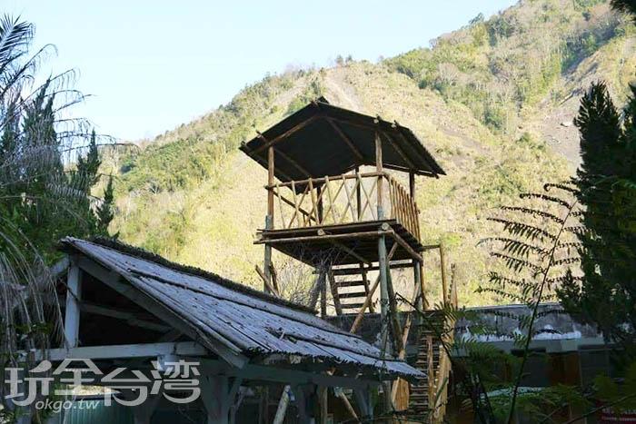在秀巒國小內不時還可以見到傳統的泰雅建築,在賞櫻花的同時,還可以瞭解到原住民的傳統文化。/玩全台灣旅遊網特約記者smallting攝