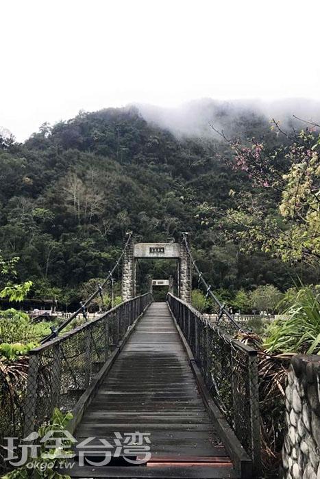 被青山和雲霧所環繞的清泉吊橋,清泉部落三座吊橋中最長的一座,從吊橋上還可以遠望整個清泉部落。/玩全台灣旅遊網特約記者smallting攝
